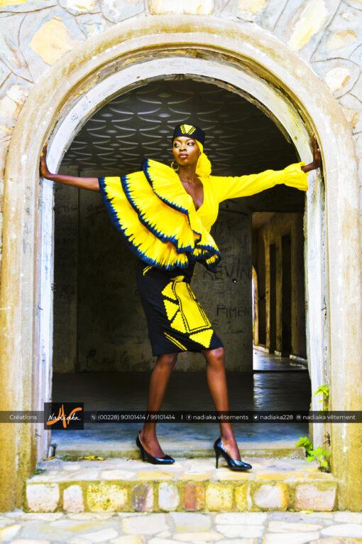 Ensemble Cache cœur en tissu batik couleur jaune, brodé, et jupe en tissu brocarde avec broderies, chapeau brodé et foulard assortis