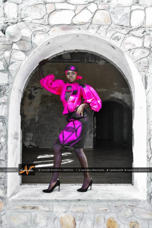 Ensemble tailleur batik couleur rose fushia, et jupe en tissu brocarde avec broderies, chapeau brodé et foulard assortis