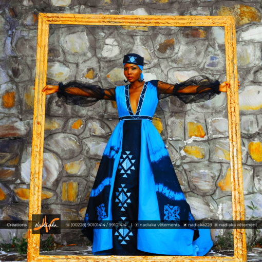 Robe longue en tissu batik vert émeraude/noir, mix tulles noires et tissu brocarde noir, avec broderies, traînes superposées, chapeau et foulard assorti