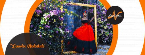 Robe longue évasée en tissu batik rouge/noir, mix tulles noires, avec broderies, chapeau et foulard assorti