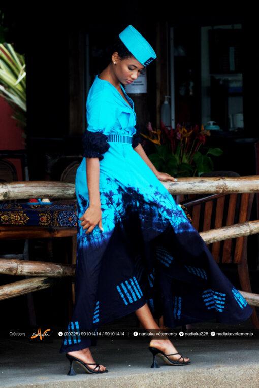 "Robe longue brodée ""Adétèdou séwloué"", tissu batik tons bleu turquoise et bleu marine, ceinture brodée assortie et chapeau brodé assorti."